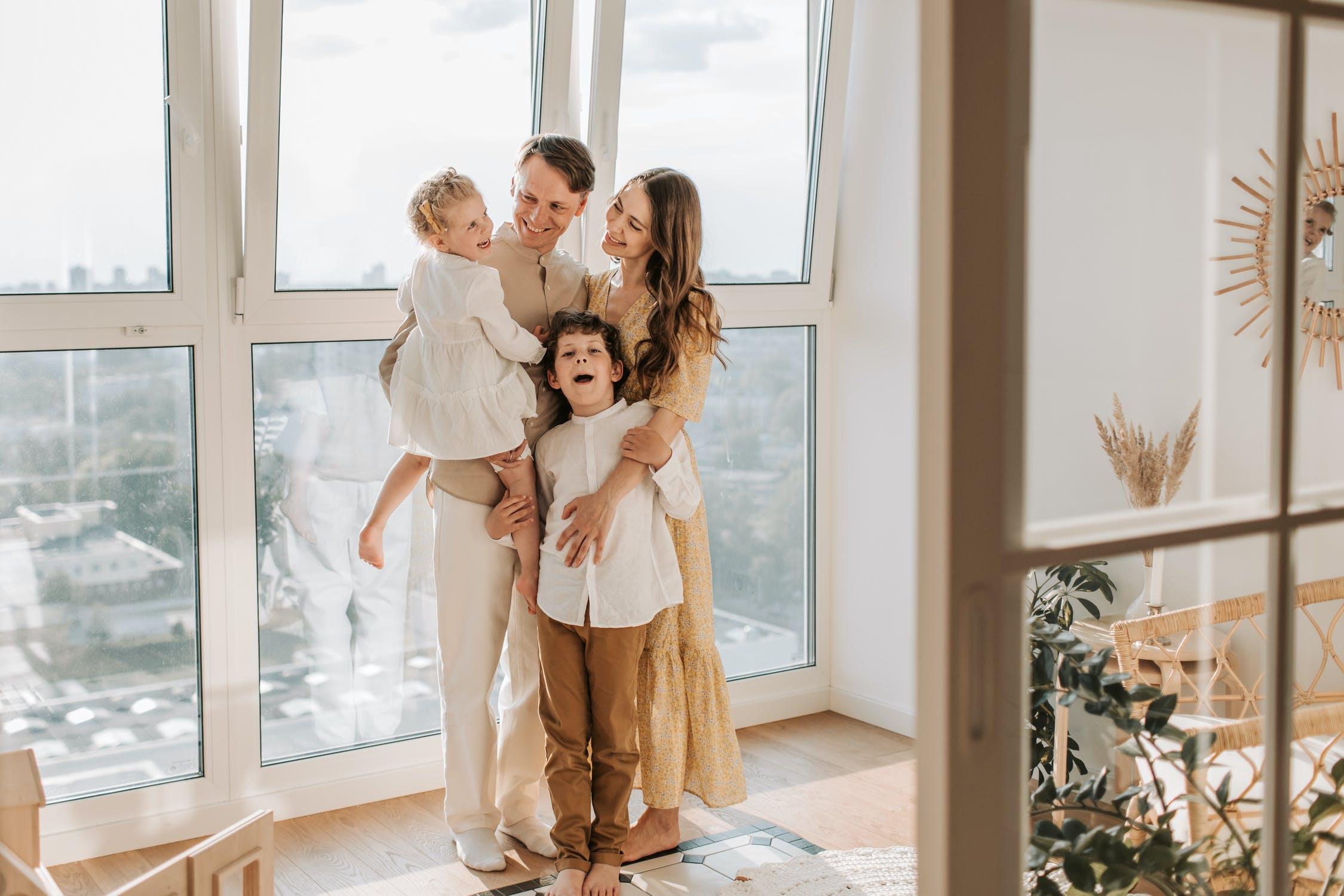 Rodzina przy oknie